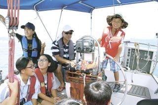 みなとまつりで行われた体験コーナーのヨットセーリング。東風を受け前進する=16日午後、石垣港沖合