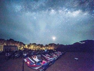 ハンモックに寝そべり、満天の星を満喫する参加者ら=13日夜、久宇良「流れ星の丘」(流れ星の丘実行委員会提供)