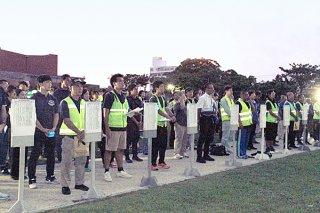 「青少年の深夜はいかい防止」「未成年者飲酒防止」県民一斉行動の夜間街頭指導の出発式=20日夜、新栄公園