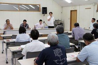 竹富町議会議員選挙の立候補予定者に対して説明会が開かれた=20日午後、町役場2階大ホール