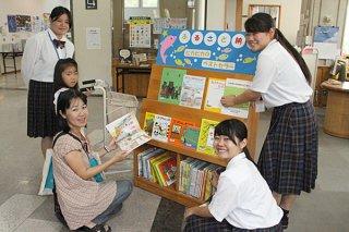 石垣市立図書館の2018年度石垣市まちづくり支援基金で買い替えた児童書のお披露目展示コーナー=26日午前、同館内児童室