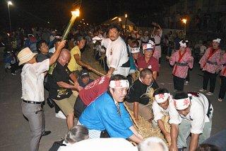 上村と下村に分かれて長さ130メートルの大綱を引き合う住民ら。下村が2連覇した=28日夜、崎原道路