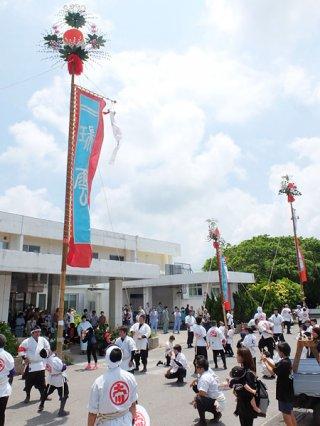 二十数年ぶりに八重山病院で披露された大川の旗頭。来院者や入院患者も大喜びだった=30日午前