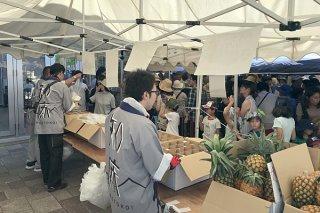 竹富町物産即売会でパインやマンゴーの販売が行われた=28日午後、道の駅しゃり(竹富町提供)