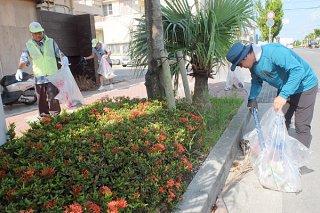 「タクシーの日」を前にボランティア清掃を行う会員ら=3日午前、730交差点付近