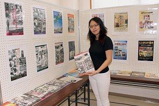 館内の図書や県平和祈念資料館の図録などを展示している八重山平和祈念館の夏休み企画=3日午前、同館第2展示室