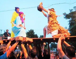 神から五穀の種子を授かる農民(右)=7月31日、祖納