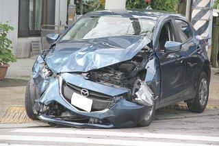 交通事故で大きく損傷した車両=6月19日、新川