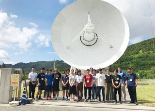 「美ら星研究体験」に参加する高校生ら。新たな星発見を目指す=13日午後、国立天文台VERA石垣島観測局(石垣島天文台提供)
