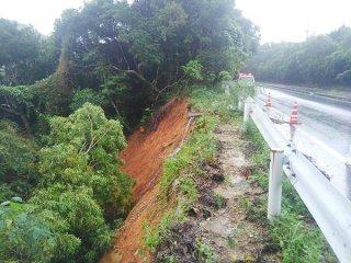 大雨の影響で、西表島古見—美原区間の県道215号線ガードレール外側の斜面が崩落した(竹富町防災危機管理課提供)=18日午前