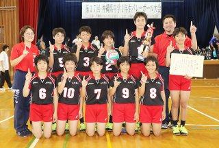 13年ぶりの優勝を飾った石垣第二の選手ら=20日午後、那覇市の松島中学校体育館