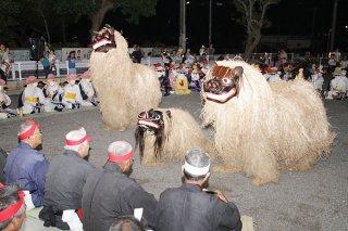 宮良独特の親子獅子で邪気を払う=26日夜、宮良公民館