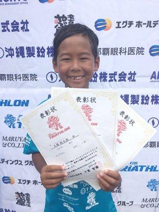 2018沖縄キッズトライアスロン第3ステージで3競技を制覇した大塚裕太郎=26日(大塚裕次郎さん提供)