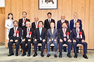 第11回海洋立国推進功労者表彰式で、表彰を受けた竹富町の西大舛髙旬町長(前列右端)=8月31日、首相官邸