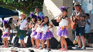 オープニングでフラダンスサークルの子どもたちと曲を披露するBEGIN=1日午後、真栄里公園