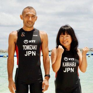 エイジ日本代表に選出され、ゴールドコーストで開かれるITU世界トライアスロンシリーズグランドファイナルに出場する富崎義明(左)と川原千賀子=トライアスロンチーム冠鷲提供