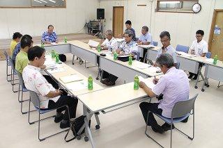 竹富島の準景観地区指定について議論する委員ら=3日午後、竹富町役場2階大会議室
