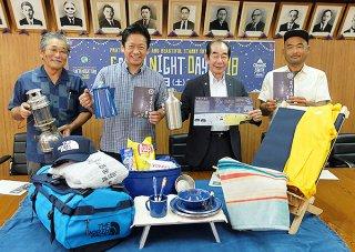 石垣島初のキャンプイベント「キャンピングアース久宇良」をPRする各代表ら=10日午前、市役所