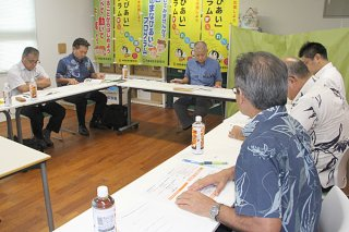 竹富町製糖業等宿泊施設整備について話し合う同検討委員会の委員ら=12日午後、竹富町教育委員会