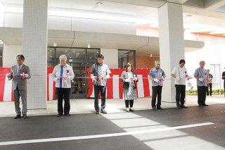 新築開院式でテープカットを行う関係者=16日午後、新八重山病院玄関前