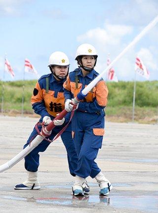 優勝した小型ポンプ操法の部の競技で放水する石垣市消防団第4分団=23日午後、市消防本部構内