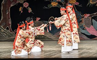竹富町制施行70周年記念公演で披露された古見の歌舞「矼ゆば節」=24日夜、国立劇場大劇場