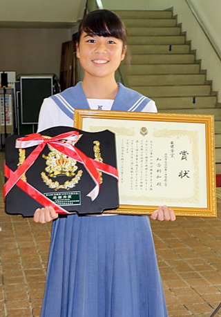 最優秀賞に選ばれた八重山地区代表の知念粋加さん=26日午後、宜野湾市民会館
