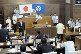 議長選で1票を投じる議員ら=28日午前、本会議場