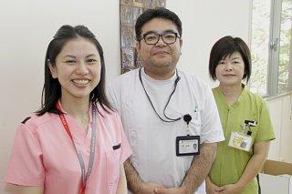 10月1日から新設される歯科口腔外科のスタッフ。(左から)粟國文恵さん、仲間錠嗣医師、波照間克子さん=18日、八重山病院
