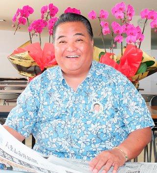 「当選の実感が出てきた」と語り、笑顔をみせる大浜一郎氏=1日午前9時、真栄里の事務所