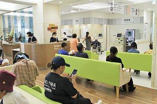 新病院の外来診療が始まり、会計を待つ利用者ら=2日午前、1階エントランスホール