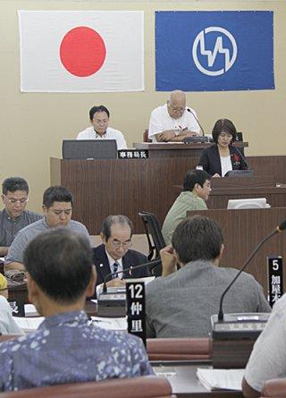 9月定例町議会の最終本会議。採決に先立ち、委員会報告が行われた=4日午前、竹富町議会議場