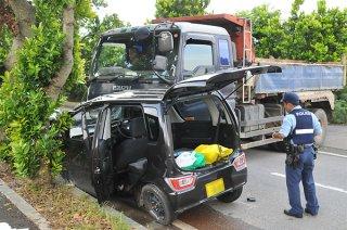 幹線道路を走行していた軽自動車と農道から出てきた大型トラックとの衝突事故。ことしは幹線道路での事故が増えている=9月5日午後、石垣市浄水場北方の県道87号