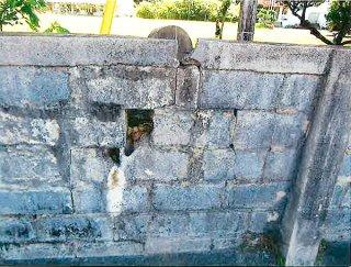 破損が確認できる学校のブロック塀。竹富町が改修工事を行う(竹富町提供)
