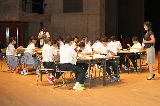 石垣第二中学校の1年生16人が、沖縄返還と大浜信泉氏について理解を深めた社会科の公開授業=10日午後、市民会館大ホール