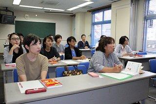 「観光外国語講座」で中国語の発音に挑戦する受講生ら=13日夕、大浜信泉記念館