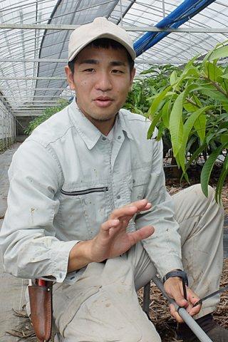 住民投票の意義について話す石垣市住民投票を求める会の金城龍太郎代表。マンゴー農家として日々忙しい=18日午後、嵩田