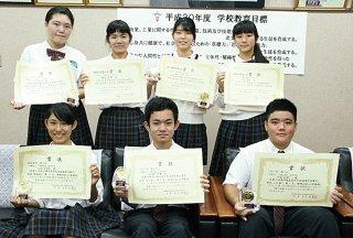 第14回沖縄県高校生中国語発表会で過去最多の受賞を果たした八重山商工高校の生徒ら=23日午後、八重山商工高校校長室