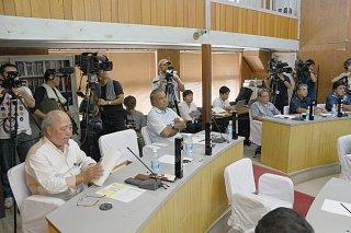 80回を超えた異常事態の議長選挙にカメラを向ける県内外から訪れたメディア=24日午後、町役場