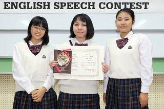 スピーチの部で優秀賞を受賞した仲里湖南さん(中)と小田島汐音さん(右)、砂川寿三さん=25日午後、具志川商業高校