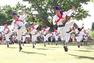 国の重要無形民俗文化財に指定されている竹富最大の行事「種子取祭」。庭の芸能で「馬乗者(ンーマヌシャ)」など、活気あふれる奉納が続いた=25日午前、世持御嶽前