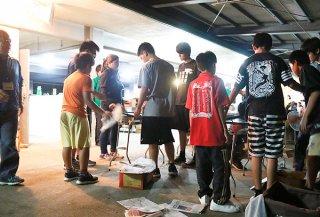 県の子どもの貧困対策事業で初めて行われた石垣島での集団宿泊学習で、バーベキューを楽しむ宮古島の子どもたち=27日夜、県立石垣青少年の家
