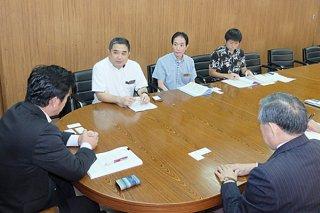 中山義隆市長に県民投票の実施について理解を求める池田竹州知事公室長(正面左)ら=2日午前、庁議室
