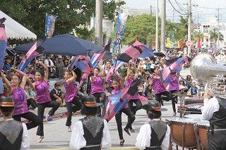 46団体2000人余りが参加した市民大パレードで華麗な演技を披露する石垣第二中学校マーチングバンド部=4日午後、市役所通り