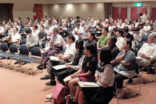 石垣市防災講演会に来場した人たち。災害時に対応などについて学ぶ=7日夜、市民会館中ホール