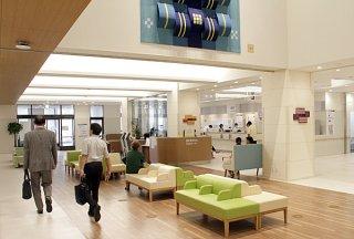 開院から1カ月余りが経過した新県立八重山病院。患者の声をサービスに反映させる取り組みを進めている=8日午前、エントランスホール