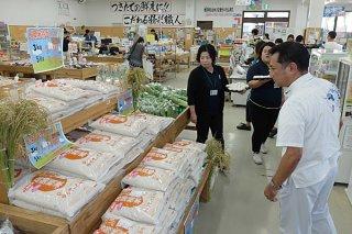販売開始されたひとめぼれの二期米。11日までキャンペーン価格で提供される=9日午前、JAファーマーズマーケットゆらてぃく市場