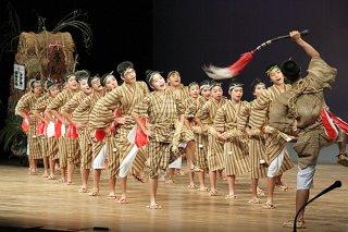 地区中学校総合文化祭の舞台の部で地区代表に選ばれた白保中学校の「豊年の喜び」=10日午前、市民会館大ホール