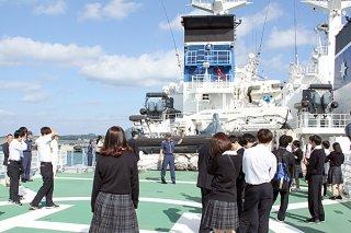 石垣海上保安部の最新大型巡視船「いらぶ」を見学する昇陽高校の2年生ら=14日午前、同船上