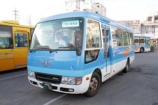 来月1日から八重山病院線を運行予定の29人乗りマイクロバス=14日午後、バスターミナル